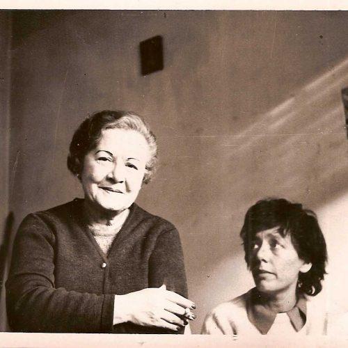 Alejandra Pizarnik y su madre, ca. 1971. Foto de Ana Becciú