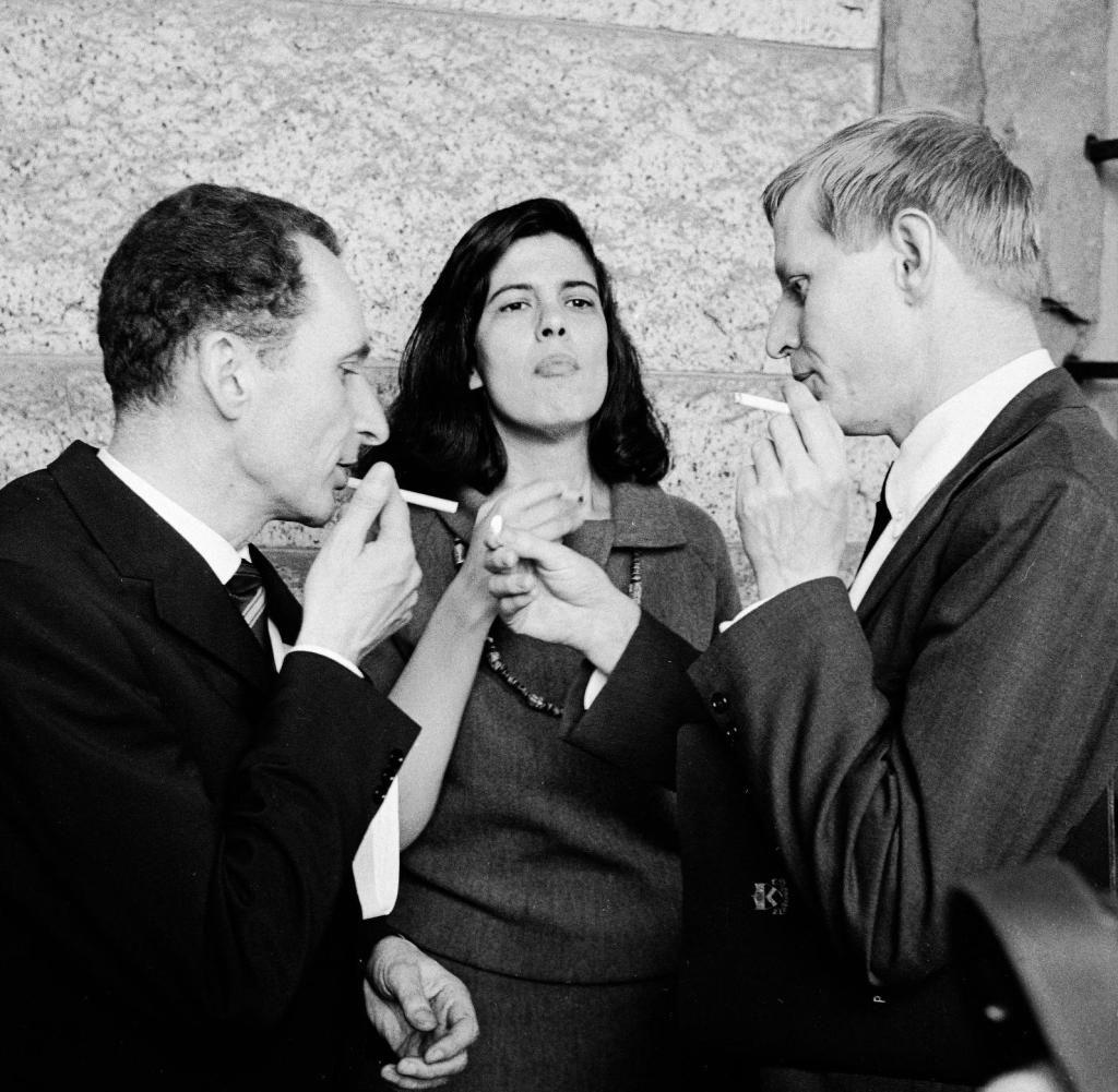 Hans Magnus Enzensberger (derecha) con Susan Sontag y Walter Höllerer en abril de 1966, en la reunión del Grupo 47 en Princeton.