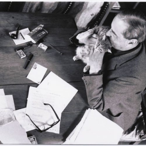 Witold Gombrowicz and cat. Undated, unlocated, unnatributed.