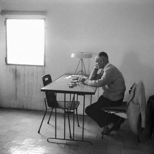Alberto Moravia alla scrivania Villaggio dei pescatori Fregene 1962. Foto Archivio Paolo Di Paolo.