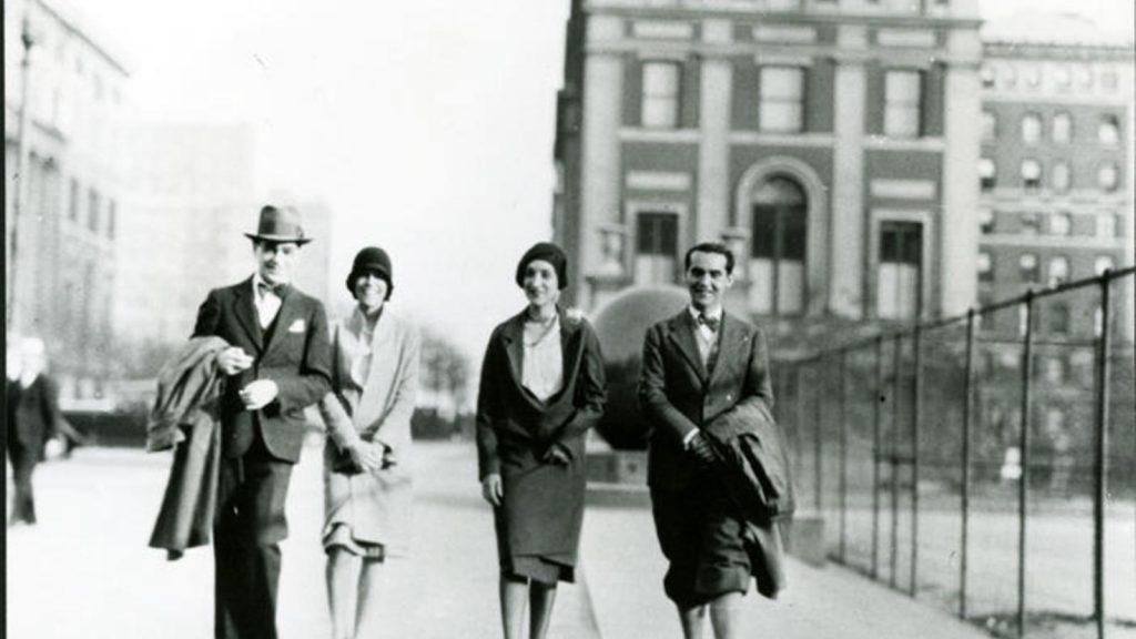 Federico García Lorca, a la derecha, en el campus de la Universidad de Columbia, otoño de 1929, con María Antonieta Rivas y dos amigos sin identificar. (Fundación García Lorca)