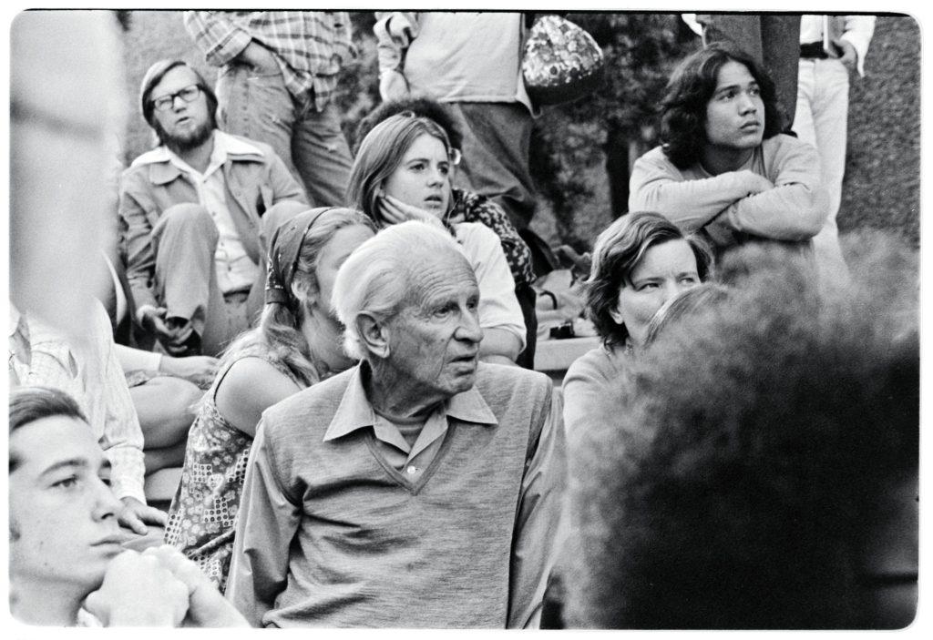 Herbert Marcuse con estudiantes. Sin ubicación, sin fecha, sin atribución.